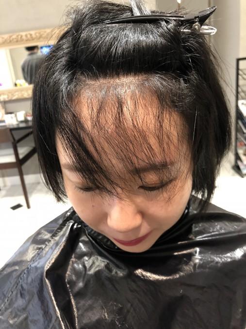 くせ毛で悩んでいる前髪の内側の画像