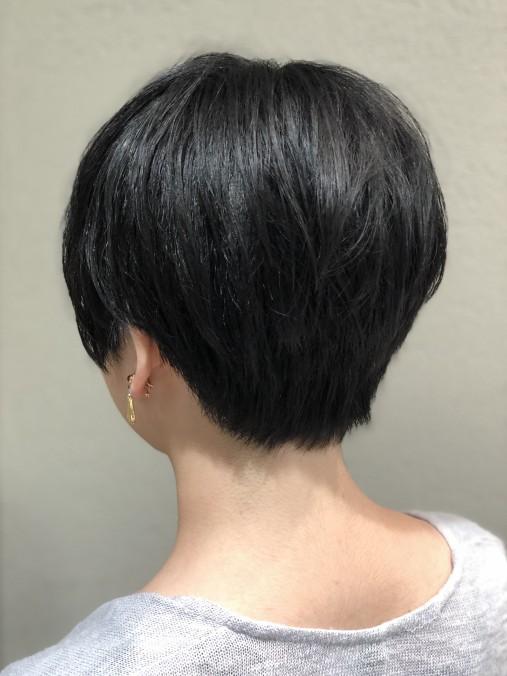 ショートヘアに縮毛矯正をした後ろの仕上がりの画像