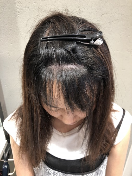 くせ毛の波状毛が伸びている状態の前髪